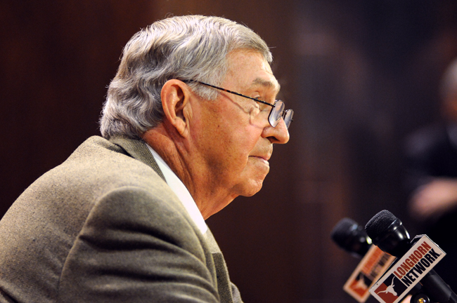 <p>DeLoss Dodds announces at a press conference held October 1 that after 32 years, hewill retire August31, 2014.</p>