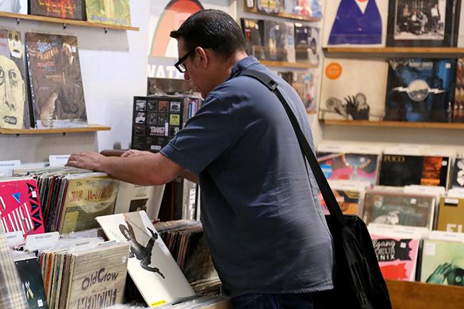 2015-09-04_Vinyl_Shoppers_Rachel