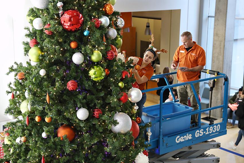campus_Christmas_tree_2018-11-17_SAC_christmas_tree_setup_Joshua
