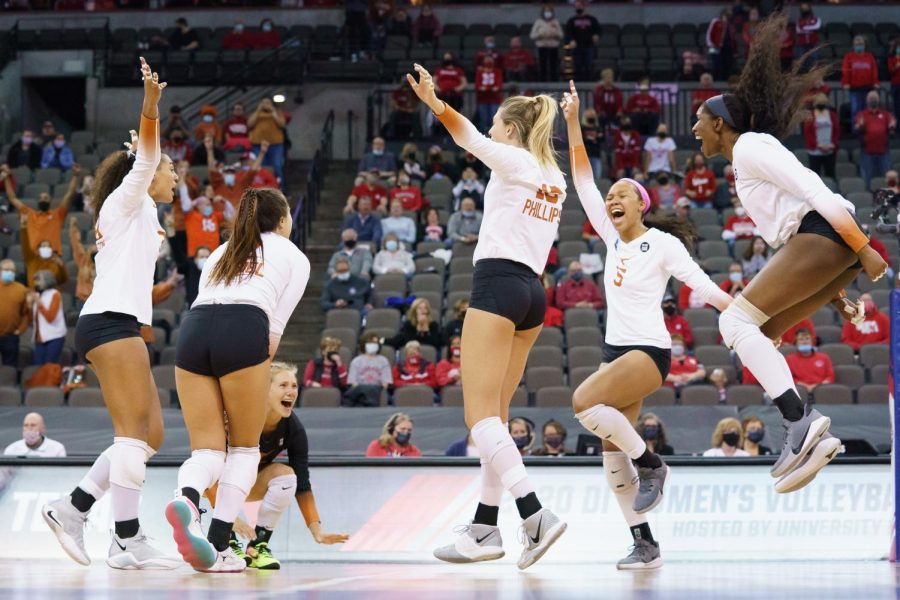 No. 4 Texas volleyball sweeps No. 1 Wisconsin in Final Four, advances to national championship