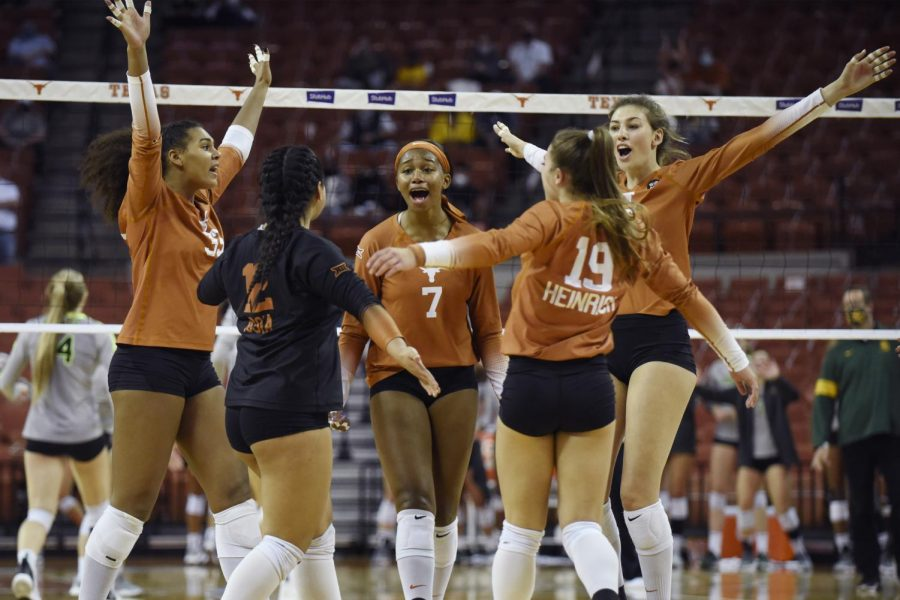 No. 1 Texas tops Arizona Wildcats in thrilling four-set victory