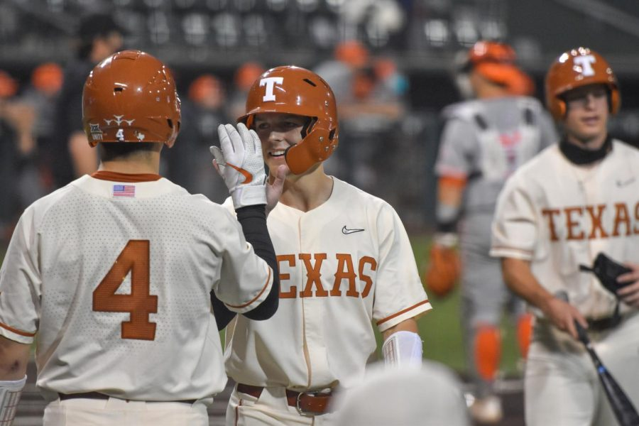 No. 4 Longhorns' offense explodes in 14-4 win over Texas A&M Corpus Christi