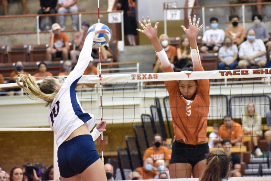 Texas+volleyball+matures+to+2-0+for+season%2C+sweeps+UTSA+in+three+sets