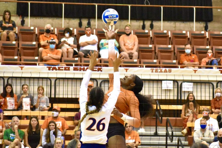 No.+1+Texas+volleyball+survives+upset+scare%2C+beats+Notre+Dame+3-1+in+dramatic+fourth+set
