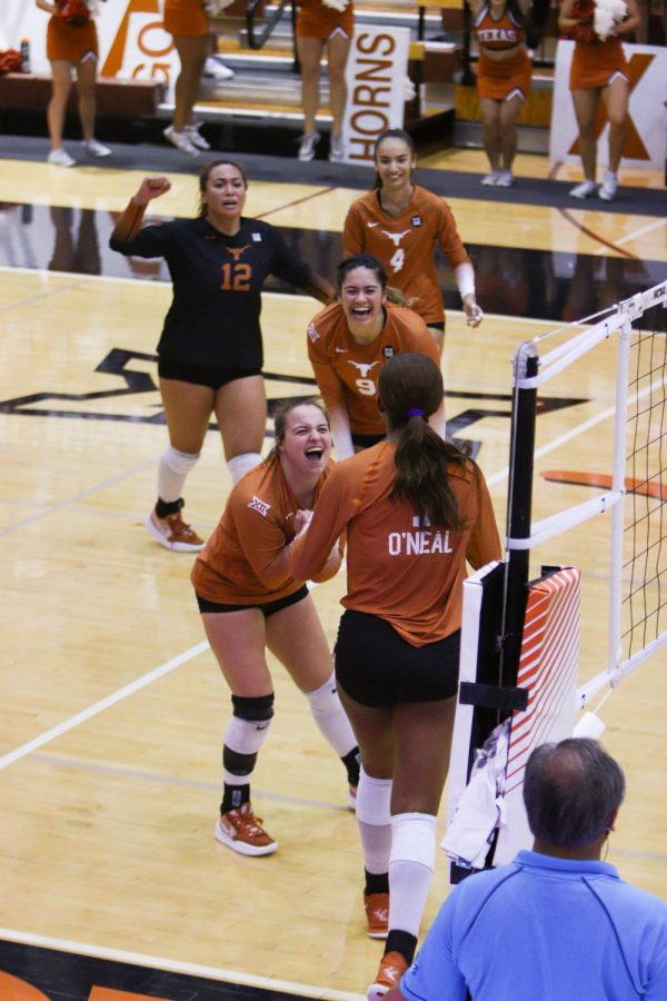 Texas+volleyball+tops+West+Virginia+3-0+in+seventh+sweep+of+season