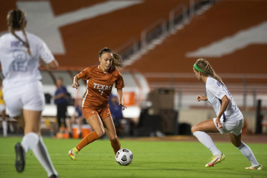 Texas+soccer+moves+into+first+place+in+Big+12+off+1-0+victory%2C+celebrate+head+coach%E2%80%99s+birthday+with+cupcakes%2C+high-profile+guests