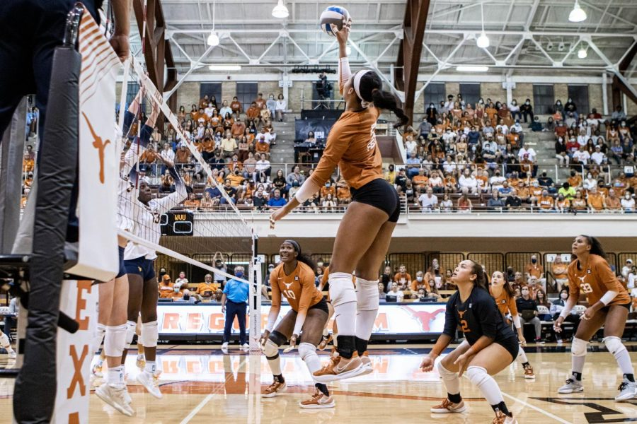 No.+1+Texas+volleyball+back+in+business%2C+sweeps+Kansas+3-0